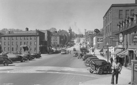 <p>Le secteur des rue King et Wellington demeure le principal lieu de commerce de d&eacute;tail de Sherbrooke jusqu&#39;&agrave; l&#39;arriv&eacute;e des centres commerciaux dans les ann&eacute;es 1960. Cette photo date de 1948.<br /><br />Source photo: BAnQ, Centre d&#39;archives de Qu&eacute;bec, Fonds Minist&egrave;re de la Culture et des Communications</p>
