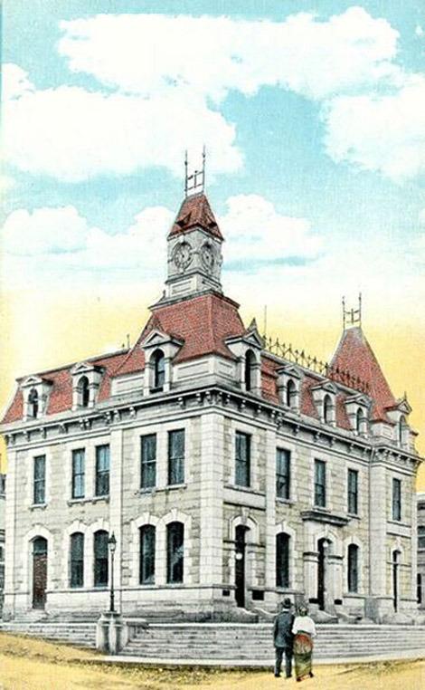 <p>Face au Magog House: l&#39;ancien bureau de poste, construit en 1885. La rue Dufferin portait autrefois le nom de rue Commerciale, ceci jusqu&#39;&agrave; ce que les boutiques et les banques se d&eacute;placent sur la rue Wellington. De nos jours, ce sont les locaux de la Soci&eacute;t&eacute; d&#39;histoire de Sherbrooke que vous trouverez dans cet &eacute;difice.</p>