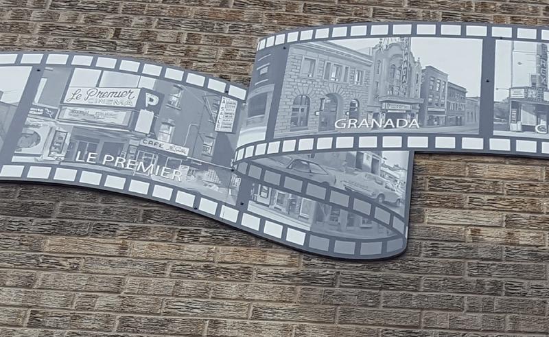 On aperçoit notamment une publicité du Cinéma Premier, historiquement le premier cinéma de Sherbrooke. Vous souhaitez en savoir plus au sujet des débuts de ce cinéma? C'est ce que vous offre la vidéo suivante...