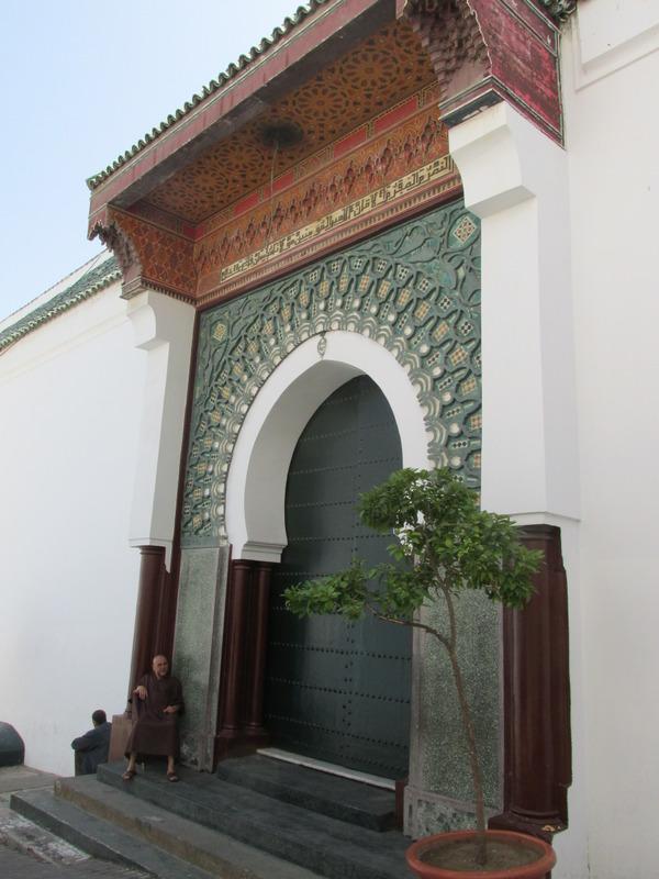 <p>&Agrave; une certaine &eacute;poque, celle o&ugrave; Tanger &eacute;tait contr&ocirc;l&eacute;e par les portugais, la mosqu&eacute;e a &eacute;t&eacute; convertie en cath&eacute;drale.<br /><br />Puis, en 1684, au terme d&rsquo;une guerre gagn&eacute;e contre les anglais, les marocains reconvertissent les lieux en mosqu&eacute;e. Celle-ci sera consid&eacute;rablement agrandie en 1815.&nbsp;<br /><br />Les derniers travaux d&rsquo;agrandissement de ce qu&rsquo;on appelle d&eacute;sormais &laquo; la Grande mosqu&eacute;e &raquo; ont &eacute;t&eacute; r&eacute;alis&eacute;s en 2001 avec les fonds priv&eacute;s du roi du Maroc, Mohamed VI. Cette r&eacute;alisation a cependant &eacute;t&eacute; initi&eacute;e par son pr&eacute;d&eacute;cesseur, le roi Hassan II.<br /><br />La porte principale de l&rsquo;&eacute;difice attirera s&ucirc;rement votre attention par sa taille gigantesque et sa magnifique d&eacute;coration, laquelle se d&eacute;marque par rapport &agrave; la simplicit&eacute; de l&rsquo;ensemble du b&acirc;timent.</p>