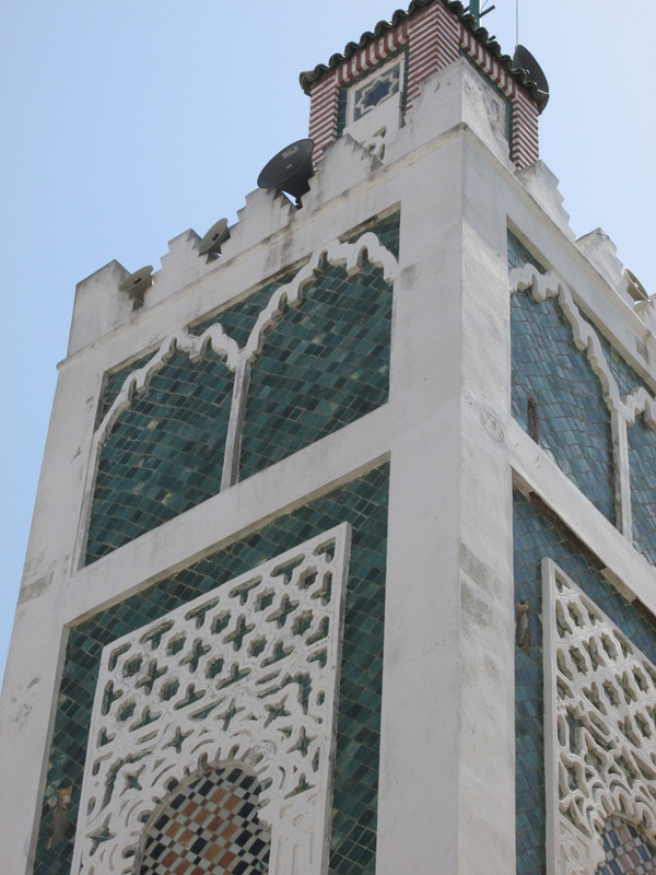 <p>Au sommet de la structure, un minaret carr&eacute; embellit l&rsquo;ensemble architectural. Celui-ci est principalement constitu&eacute;es de fa&iuml;ences et de mosa&iuml;ques.<br /><br />La tradition orale tang&eacute;roise raconte qu&rsquo;avant-m&ecirc;me que des musulmans construisent une premi&egrave;re mosqu&eacute;e, on trouvait &agrave; ce m&ecirc;me endroit un temple romain consacr&eacute; &agrave; Hercules.</p>