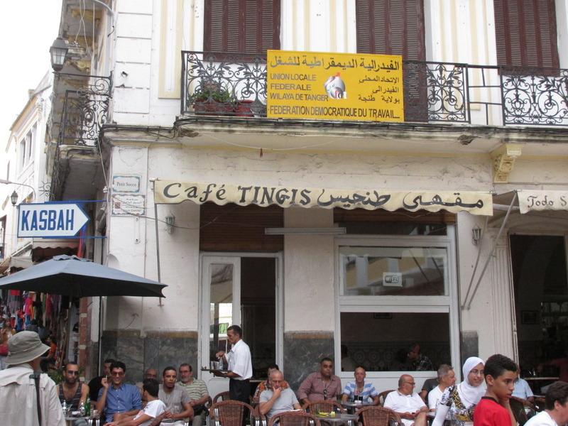 <p>De nos jours, le Petit Socco est une place touristique. On peut s&#39;y asseoir et r&ecirc;vasser en essayant d&#39;imaginer toutes les histoires folles qui ont anim&eacute; l&#39;endroit par le pass&eacute;. Dans les caf&eacute;s comme le Tingis ou le Central, vous pourrez d&eacute;guster un th&eacute; marocain, comme l&rsquo;on fait de nombreuses c&eacute;l&eacute;brit&eacute;s de diff&eacute;rentes g&eacute;n&eacute;rations, de Tennessee Williams &agrave; Jack Kerouac et William Burroughs, sans oublier le c&eacute;l&egrave;bre &eacute;crivain Antoine de Saint-Exup&eacute;ry.</p>