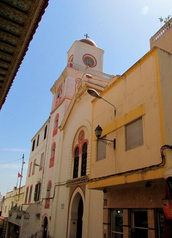 <p>Dans la principale rue de la vieille ville, la rue de Siaghine, vous verrez la premi&egrave;re &eacute;glise chr&eacute;tienne du Maroc. C&rsquo;est la seule &eacute;glise marocaine qui se trouve &agrave; l&rsquo;int&eacute;rieur d&rsquo;une m&eacute;dina : il s&rsquo;agit d&rsquo;une &eacute;glise espagnole appel&eacute;e La Pur&iacute;sima (&laquo; la tr&egrave;s pure &raquo;).<br /><br />Vers la fin du XIX si&egrave;cle, pendant l&rsquo;occupation espagnole, ce b&acirc;timent servait &eacute;galement de r&eacute;sidence pour les missionnaires franciscains. L&#39;&eacute;difice a connu diverses transformations depuis cette &eacute;poque.</p>