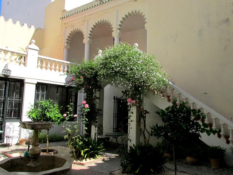 <p>L&rsquo;&eacute;difice de la l&eacute;gation am&eacute;ricaine a &eacute;t&eacute; agrandi &agrave; la fin du XIX si&egrave;cle : un second b&acirc;timent a &eacute;t&eacute; reli&eacute; au premier par une passerelle. Les salles de ce dernier sont dispos&eacute;es autour d&rsquo;un patio central de style arabo-andalou.<br /><br />La mission diplomatique am&eacute;ricaine a quitt&eacute; les lieux apr&egrave;s l&rsquo;ind&eacute;pendance du Maroc en 1956 pour s&rsquo;installer &agrave; Rabat. C&rsquo;est &agrave; ce moment qu&rsquo;un groupe d&rsquo;intellectuels et de diplomates am&eacute;ricains ont pens&eacute; &agrave; cr&eacute;er ce mus&eacute;e, le Talim, Tangier American Legation Museum, avec le soutien du gouvernement marocain.<br /><br />Actuellement, Talim collabore avec une ONG marocaine, la Fondation Al Madina, qui r&eacute;alise des activit&eacute;s sociales &agrave; l&rsquo;attention de la population d&eacute;favoris&eacute;e du quartier de la m&eacute;dina, comme l&rsquo;alphab&eacute;tisation de jeunes femmes et l&rsquo;&eacute;ducation pour la sant&eacute;.</p>