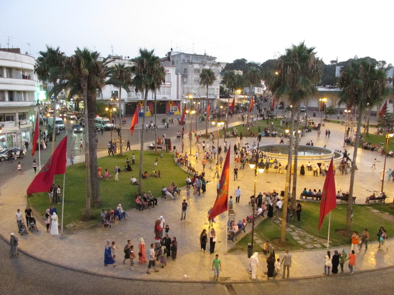 <p>Le grand Socco est l&rsquo;un des lieux les plus fr&eacute;quent&eacute;s de Tanger. Celui-ci accueille de nombreux commer&ccedil;ants depuis tr&egrave;s longtemps. La rue que nous vous sugg&eacute;rons d&rsquo;emprunter pour vous rendre &agrave; cette place est parsem&eacute;e de petits commerces de toutes sortes aux vives couleurs et odeurs.<br /><br />Le grand Socco est aussi d&eacute;sign&eacute; sous un autre nom : la place du 9 avril. C&rsquo;est &agrave; cette date de l&rsquo;ann&eacute;e 1947 que le sultan Mohamed V, le grand p&egrave;re de l&rsquo;actuel roi Mohamed VI, a pronon&ccedil;&eacute; un discours historique qui r&eacute;clamait l&rsquo;ind&eacute;pendance du Maroc ainsi que son adh&eacute;sion &agrave; la Ligue arabe.</p>