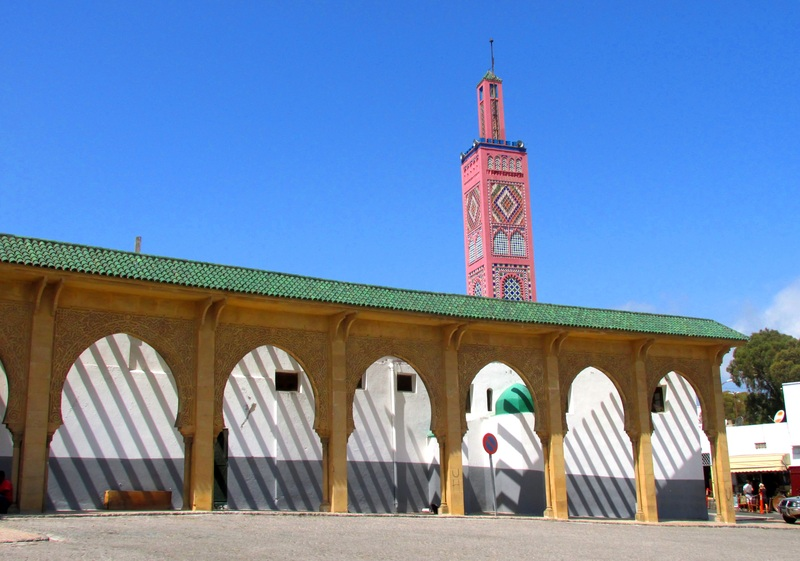 <p>Nous pouvons admirer la Mosqu&eacute;e Sidi Bou Abid, construite en 1917, avec son magnifique minaret en fa&iuml;ences polychromes.&nbsp;</p>