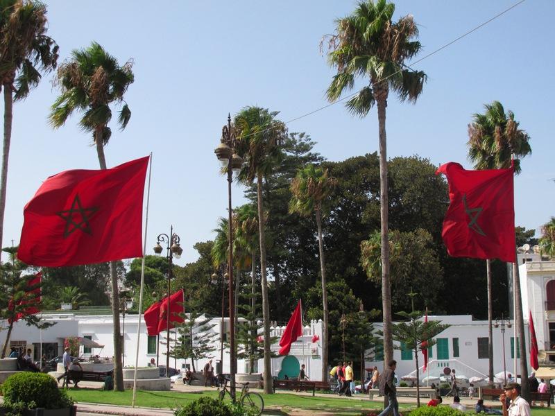 <p>Plus &agrave; droite, nous trouvons l&rsquo;ancienne r&eacute;sidence du Mendoub, le repr&eacute;sentant du sultan dans la ville. Aujourd&rsquo;hui c&rsquo;est le tribunal de commerce. Pendant la deuxi&egrave;me guerre mondiale, sous l&rsquo;occupation espagnole de Tanger, ce b&acirc;timent h&eacute;bergeait l&rsquo;ambassade d&rsquo;Allemagne, qui avait le drapeau nazi comme &eacute;tendard.</p>