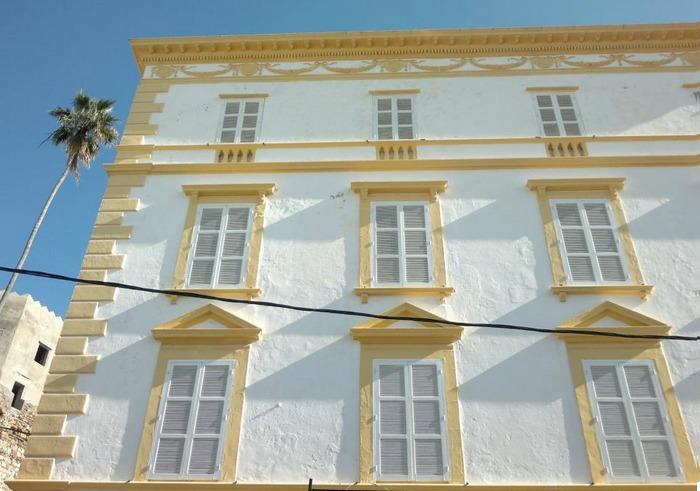<p>Avant de p&eacute;n&eacute;trer dans la Kasbah, nous vous proposons de vous pr&eacute;lasser quelques instants en prenant un th&eacute; sur la terrasse d&rsquo;un des immeubles historiques de Tanger, celui de l&rsquo;ancienne Eastern Telegraph Company.<br /><br />Vers la fin du XIX si&egrave;cle, &eacute;poque o&ugrave; le t&eacute;l&eacute;graphe se d&eacute;veloppait, cette soci&eacute;t&eacute; a reli&eacute; Tanger &agrave; Gibraltar par c&acirc;ble t&eacute;l&eacute;graphique. L&rsquo;immeuble de style anglais a &eacute;t&eacute; converti en un accueillant ryad, une maison d&rsquo;h&ocirc;tes avec un magnifique escalier en bois et un parquet plus que centenaire.</p>