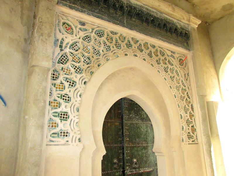 <p>Le mus&eacute;e de la Kashba (ou mus&eacute;e du palais du gouverneur Dar el Markhzen) vous offre de faire un voyage &agrave; travers le temps pour d&eacute;couvrir l&rsquo;histoire de Tanger et de sa r&eacute;gion. De nombreux objets d&rsquo;artisanat marocain y sont expos&eacute;s. On y trouve entre autres des mosa&iuml;ques repr&eacute;sentant des sc&egrave;nes de l&rsquo;Antiquit&eacute;, des r&eacute;cipients en bronze, des sarcophages et autres s&eacute;pultures.</p>