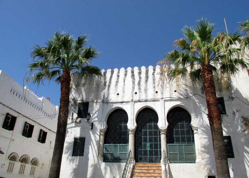 <p>Si vous tournez le dos au palais du gouverneur, vous verrez &agrave; votre droite l&#39;ancien palais de justice, devenu aujourd&rsquo;hui un magasin d&rsquo;artisanat et de souvenirs.</p>