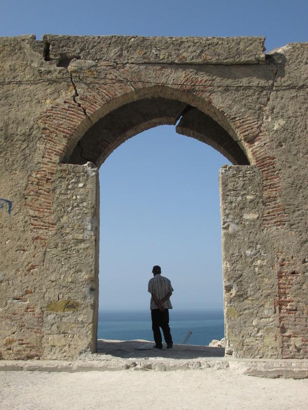 <p>De l&rsquo;autre c&ocirc;t&eacute; de la place, vous trouverez &laquo; Bab el Bhar &raquo;, la porte de la mer. En la traversant, vous profiterez d&rsquo;une magnifique vue sur les fortifications de la Kasbah, qui surplombe le port, et sur toute la baie de Tanger.</p>