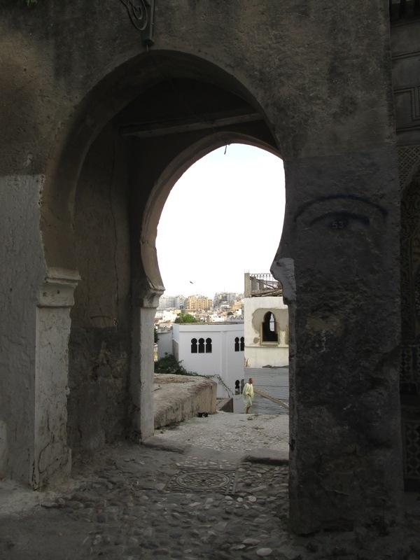 <p>Vous sortirez de la place du Menchoir par la porte qui se trouve &agrave; c&ocirc;t&eacute; de l&rsquo;ancien palais de justice.&nbsp;</p>