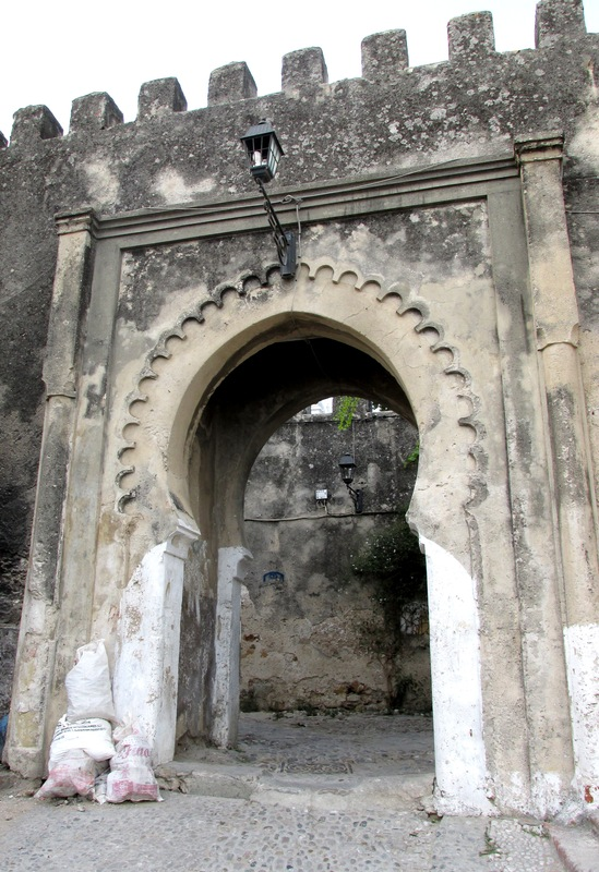 <p>Bab El Hassa, signifie porte du b&acirc;ton, car c&rsquo;est ici o&ugrave; les voleurs recevaient des coups de b&acirc;ton avant d&rsquo;&ecirc;tre enferm&eacute;s dans la prison de la Kasbah. Cette porte inspira Matisse qui dans son c&eacute;l&egrave;bre tableau la porte de la kasbah exprime ses &eacute;motions gr&acirc;ce a l&rsquo;utilisation de couleurs vives comme le bleu et le rouge. Ce tableau nous invite &agrave; traverser la porte pour d&eacute;couvrir la m&eacute;dina.<br /><br />En allant au caf&eacute; Baba, votre prochain point d&rsquo;int&eacute;r&ecirc;t, vous passez &agrave; proximit&eacute; d&rsquo;un des plus beaux ryads de cette zone de la m&eacute;dina, le Dar Chams Tanja.</p>