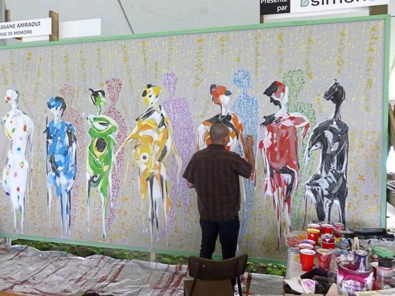 <p>Hassane Amraoui au travail, en train de peindre.</p>