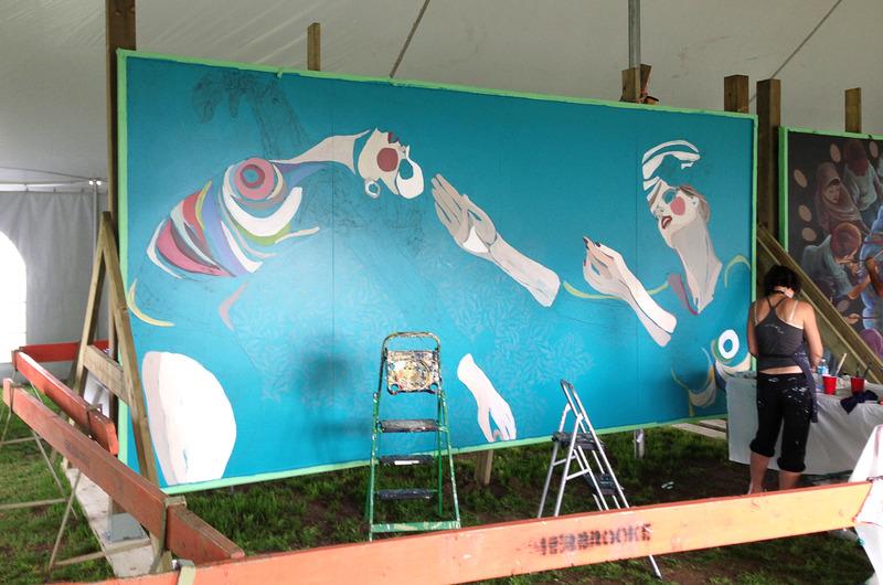 <p>Ad&egrave;le au travail, durant la r&eacute;alisation de sa murale.</p>