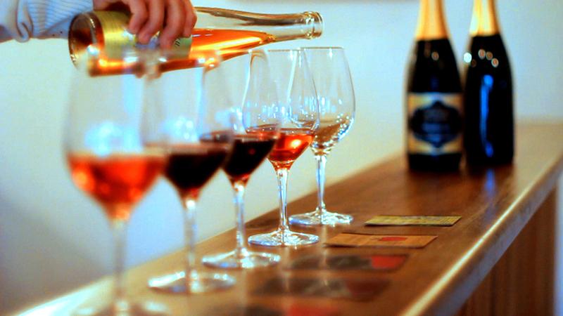<p>Vins et cidres<br />Blanc, ros&eacute;, rouge, type Porto, vin de glace et cidre de glace.&nbsp;</p>