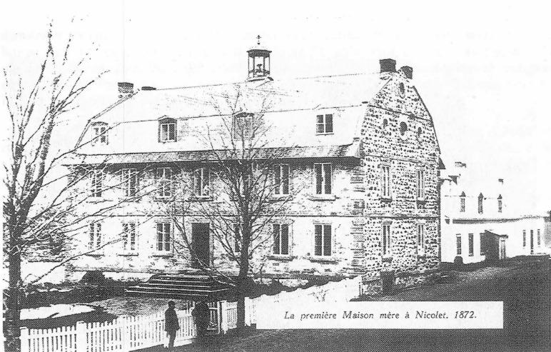 <p>L&rsquo;abb&eacute; Jean Harper d&eacute;c&egrave;de le 30 juillet 1869. En 1872, la d&eacute;cision est prise de transf&eacute;rer la maison m&egrave;re de la congr&eacute;gation &agrave; Nicolet. Le besoin d&rsquo;agrandir la maison de Saint-Gr&eacute;goire et la pr&eacute;sence du S&eacute;minaire auront d&eacute;termin&eacute; le choix de Nicolet comme lieu d&rsquo;installation. La maison m&egrave;re est d&eacute;truite par le feu le 21 juin 1906.<br />Cr&eacute;dit photo :&nbsp;Image tir&eacute;e d&rsquo;un livre (photocopie) Lesage, G. (1965).&nbsp;Le transfert &agrave; Nicolet des Soeurs de l&rsquo;Assomption de la Sainte Vierge, &Eacute;ditions S.A.S.V., Nicolet. (p.256)</p>