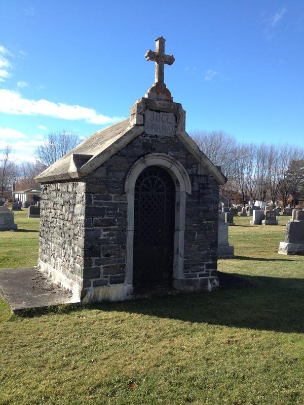 <p>Voici le monument fun&eacute;raire (tombeau) &eacute;lev&eacute; sur la tombe de l&#39;honorable Arthur Trahan juge de la Cour Sup&eacute;rieure de la Province du Qu&eacute;bec, n&eacute; &agrave; Nicolet le 26 mai 1877. Il est d&eacute;c&eacute;d&eacute; le 22 septembre 1950, &agrave; Montr&eacute;al &agrave; l&#39;&acirc;ge de 73 ans.&nbsp;Cr&eacute;dit photo : OTNY</p>
