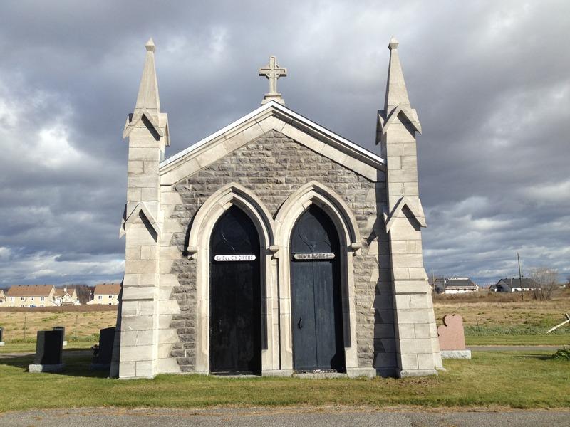 Sur cette photo, un mausolée en pierre (monument funéraire) qui se démarque par ses ornements de style gothique. Il abrite le défunt lieutenant-colonel C.H. Giroux et le docteur H.P. Smith. Crédit photo : OTNY