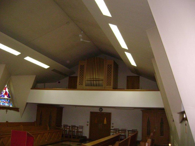 <p>Dans cette chapelle, on retrouve un orgue Casavant datant de 1952 et portant le num&eacute;ro d&#39;opus 2138, install&eacute; lors de la construction. Il s&#39;agit d&#39;un &laquo; orgue unifi&eacute; &raquo; typique. Il se comporte bien pour accompagner la liturgie, mais n&#39;est pas assez complet pour la pr&eacute;sentation de concerts solo.&nbsp;Cr&eacute;dit photo : R&eacute;pertoire des orgues du Qu&eacute;bec. (2016). Grand s&eacute;minaire de Nicolet [Image]. Rep&eacute;r&eacute; &agrave; http://www.repertoiredesorgues.qc.ca/grand-seminaire-nicolet.php&nbsp;</p>