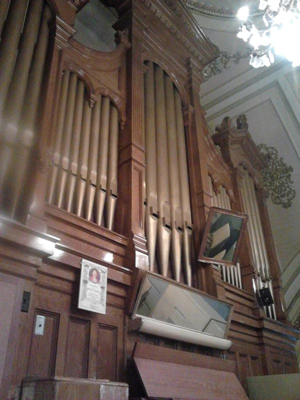 <p>Cet orgue dat&eacute; de 1905 a &eacute;t&eacute; fabriqu&eacute; par Casavant Fr&egrave;res, une des entreprises les plus respect&eacute;es mondialement dans le domaine de la facture d&rsquo;orgues et est le 225e &agrave; avoir &eacute;t&eacute; construit par la prestigieuse maison.<br /><br />Collection: SODAM</p>