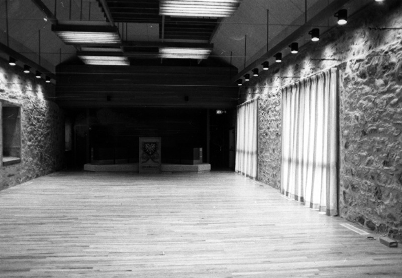 <p>Lorsque le conseil municipal de Mascouche a d&eacute;cid&eacute; de r&eacute;nover le vieux couvent, il a donn&eacute; une nouvelle vocation aux murs s&eacute;culaires tout en leur redonnant leur fra&icirc;cheur originale. Ils vont abriter dor&eacute;navant la nouvelle salle du conseil. La premi&egrave;re s&eacute;ance du conseil dans ces lieux s&rsquo;y est tenue le 6 novembre 1978.<br /><br />Collection:&nbsp;Comit&eacute; du 250e anniversaire de Mascouche</p>