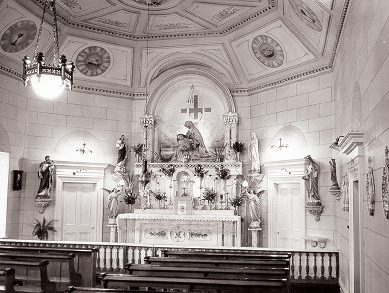 <p>La chapelle du couvent en 1955, aujourd&#39;hui la salle des comit&eacute;s de l&#39;h&ocirc;tel de ville.<br /><br />Collection:&nbsp;Archives de la Providence Montr&eacute;al</p>