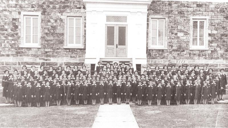 <p>La rentr&eacute;e scolaire au couvent dans les ann&eacute;es 1950.<br /><br />Collection:&nbsp;Archives de la Providence Montr&eacute;al</p>