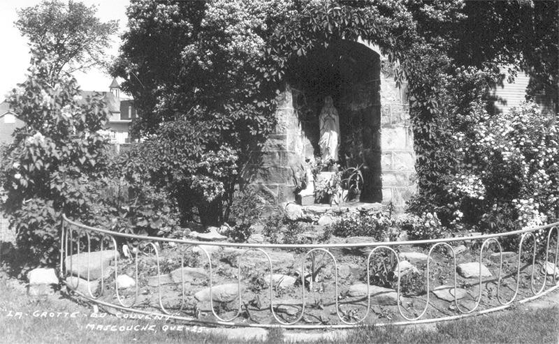 <p>La grotte de la Vierge Marie &eacute;tait situ&eacute;e &agrave; l&rsquo;arri&egrave;re du couvent et f&ucirc;t inaugur&eacute;e le 14 octobre 1945.<br /><br />Collection: Jean-Claude Coutu</p>