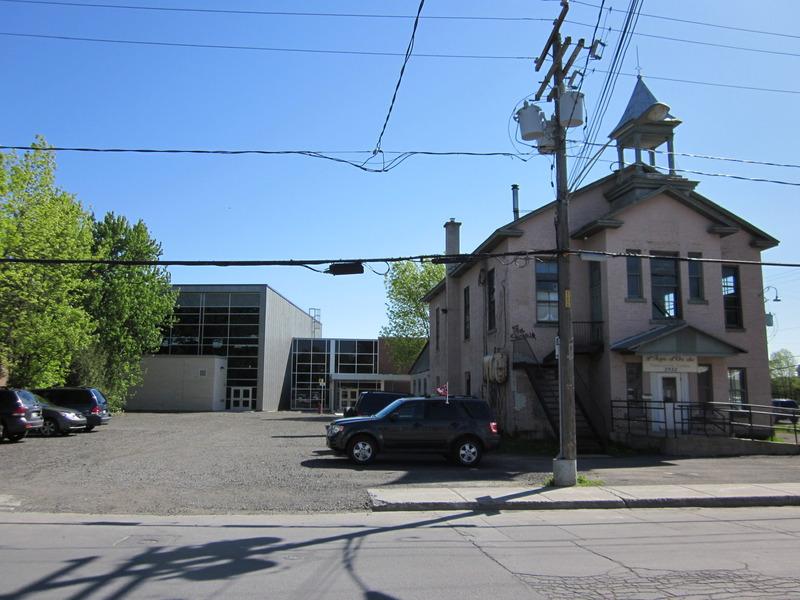 <p>Devenu d&eacute;suet et dangereux, le Centre r&eacute;cr&eacute;atif a &eacute;t&eacute; d&eacute;moli le 7 juin 2010 pour faire place &agrave; l&rsquo;entr&eacute;e principale du nouveau Centre sportif Ren&eacute;-L&eacute;vesque.<br /><br />Collection: Jean-Claude Coutu</p>
