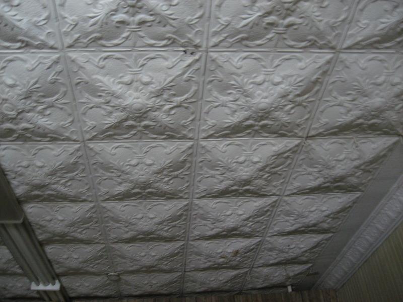 <p>Des t&ocirc;les d&eacute;coratives emboss&eacute;es paraient le plafond et les murs du 2e &eacute;tage de la salle municipale.<br /><br />Collection: Jean-Claude Coutu</p>