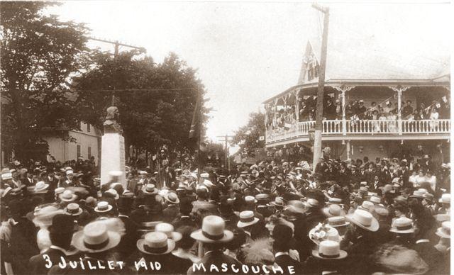 <p>En 1910, le buste de Legardeur &eacute;tait situ&eacute; en plein centre de l&#39;intersection des chemins Sainte-Marie et Saint-Henri; le socle assis sur une base gazonn&eacute;e.<br /><br />Collection: Comit&eacute; des f&ecirc;tes du 250e de Mascouche</p>