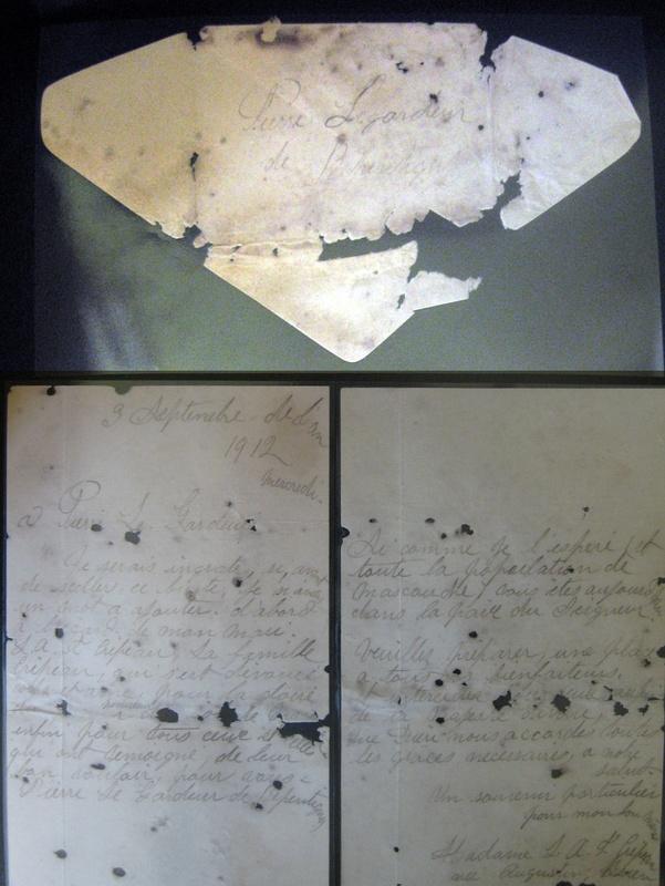 <p>En ao&ucirc;t 1987, lors de la restauration du buste, on fit la d&eacute;couverte de vieux documents qui avaient &eacute;t&eacute; plac&eacute;s &agrave; l&#39;int&eacute;rieur du buste afin notamment de souligner l&#39;&eacute;v&eacute;nement de 1910.<br />Ici, la &#39;&#39;Lettre d&#39;Augustine&#39;&#39; ayant &eacute;t&eacute; d&eacute;couverte dans le buste.</p>