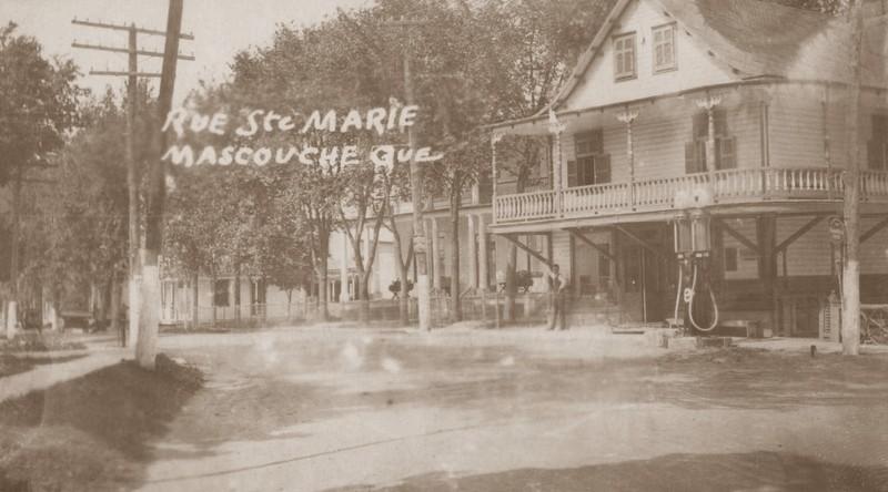 <p>Pompes &agrave; essence install&eacute;es devant le magasin g&eacute;n&eacute;ral &agrave; la jonction des rues Sainte-Marie et Saint-Joseph, au coin de la rue Nouvelle (aujourd&rsquo;hui Dupras).<br /><br />Collection: Ville de Mascouche/Huguette L&eacute;vesque-Lamoureux</p>