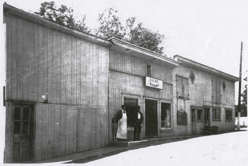 <p>Face au 1099, chemin Saint-Henri, une boucherie a &eacute;t&eacute; tenue pendant plus de 55 ans par M. Henri Aubin (1888-1979). &nbsp;Aujourd&#39;hui, tout est d&eacute;moli.</p>