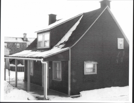 <p>&Agrave; c&ocirc;t&eacute; de la maison Paquin, la maison du 1128 rue Duval date d&#39;environ 1850. &nbsp;Dans les ann&eacute;es 1920 &agrave; 1940, il y avait &agrave; l&#39;arri&egrave;re un immense hangar, aujourd&#39;hui disparu, pour les &#39;&#39;boggys&#39;&#39; du charretier.</p>