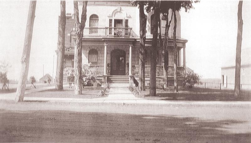<p>Datant de 1920, la maison Soucy tient son nom du premier propri&eacute;taire de cette superbe demeure cossue de 11 appartements. &nbsp;Les initiales d&#39;Alphonse Soucy figure sur la fa&ccedil;ade.</p>