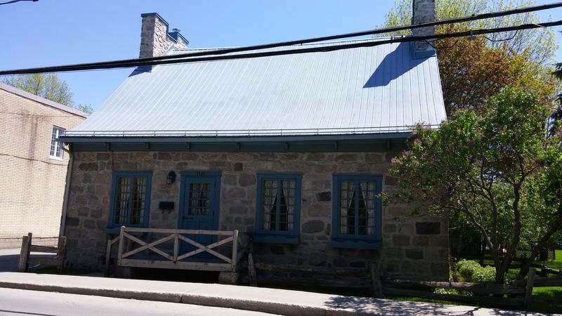 <p>La maison du 1127, chemin Saint-Henri, a &eacute;t&eacute; construite sous le r&eacute;gime fran&ccedil;ais peu avant 1760; elle a gard&eacute; ses traits typiques du temps. C&rsquo;est la plus ancienne du chemin Saint-Henri. Maison de ferme au d&eacute;but, l&rsquo;emplacement d&rsquo;un balcon permettant l&rsquo;entreposage du grain au grenier en t&eacute;moigne.<br /><br />Collection: SODAM</p>