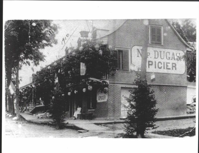 <p>&Eacute;picerie de Napol&eacute;on Dugas en 1910.<br /><br />Collection: Ville de Mascouche/Huguette L&eacute;vesque-Lamoureux</p>