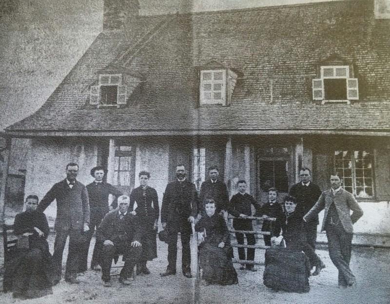 <p>Photo de la maison Renault prise le 13 juillet 1885. &nbsp;Les membres de la famille Renault &eacute;taient r&eacute;unis &agrave; l&#39;occasion du mariage de &#39;&#39;l&#39;oncle Octave Renault&#39;&#39;.<br /><br />Source: Histoire de Saint-Henri de Mascouche 1750-2000</p>