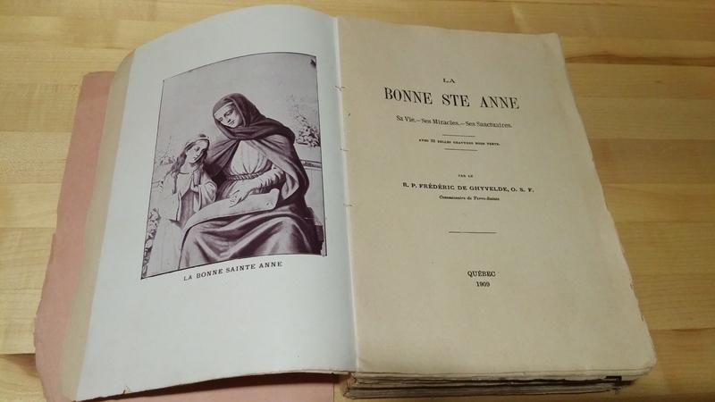 <p>Un exemplaire du livre &#39;&#39;La Bonne Sainte-Anne&#39;&#39; a &eacute;t&eacute; retrouv&eacute; sous le plancher, &agrave; l&#39;emplacement de la porte principale. &nbsp;On peut lire l&#39;inscription &#39;&#39;Ne pas d&eacute;placer&#39;&#39; sur la couverture du livre. &nbsp;Les propri&eacute;taires actuels de la maison Dupras pensent que le livre aurait &eacute;t&eacute; plac&eacute; l&agrave; pour prot&eacute;ger la demeure.<br /><br />&Agrave; noter que c&#39;est en 1876 que Sainte-Anne est proclam&eacute;e patronne de la province de Qu&eacute;bec par le pape Pie IX.<br /><br />Photo: Collection SODAM</p>