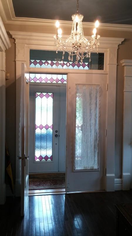 <p>La maison Dupras comprend un hall d&#39;entr&eacute;e avec plafonds de 12pi., portes vitr&eacute;es et escalier ornement&eacute; qui donne sur le deuxi&egrave;me &eacute;tage. &nbsp;&Agrave; noter que les moulures de pl&acirc;tres et l&#39;escalier sont d&#39;origine.<br /><br />Photo: Collection SODAM&nbsp;</p>