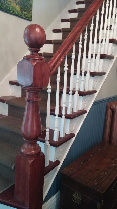 <p>L&rsquo;escalier d&rsquo;apparat plac&eacute; dans le hall d&#39;entr&eacute;e de la maison&nbsp;Dupras poss&egrave;de des balustres et un poteau tourn&eacute;s ainsi que des appliques d&eacute;coup&eacute;es.<br /><br />Photo: Collection SODAM</p>