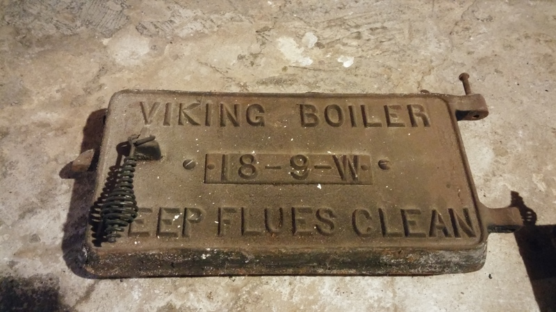 <p>Ancienne porte de fonte de la truie (ancien po&ecirc;le au charbon ou au bois) qui se trouvait au sous-sol de la Maison Dupras.<br /><br />Photo: Collection SODAM</p>