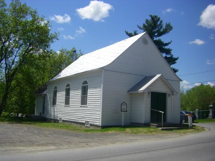 <p>Cette &eacute;glise protestante, construite en 1856, &eacute;tait originellement situ&eacute;e &agrave; proximit&eacute; du chemin des Anglais et &eacute;tait surnomm&eacute;e la &#39;&#39;Methodist Church of Mascouche-Rapids&#39;&#39;. &nbsp;Elle est l&#39;oeuvre des sept fr&egrave;res de la famille Alexander qui ont construit le b&acirc;timent: Lancelot, Francis, Richard, William, James, Joseph et George. &nbsp;Un de leurs descendants, John Alexander, devient maire de la corporation municipale de la paroisse de 1915 &agrave; 1917. &Agrave; l&#39;origine, elle est construite &agrave; deux milles de sa localisation actuelle et est d&eacute;m&eacute;nag&eacute;e &agrave; l&rsquo;aide de &#39;&#39;sleighs&#39;&#39; et de chevaux&nbsp;au 1162 chemin Sainte-Marie. &nbsp;Ce n&rsquo;est qu&rsquo;en 1925 que l&rsquo;&eacute;glise devient &#39;&#39;Mascouche United&#39;&#39;.<br /><br />Les &eacute;glises presbyt&eacute;riennes, congr&eacute;gationnelles et m&eacute;thodistes s&rsquo;&eacute;taient r&eacute;unies pour former l&rsquo;Eglise United. La petite histoire de l&rsquo;&eacute;glise pourrait r&eacute;v&eacute;ler des faits int&eacute;ressants et les membres de la famille Alexander en savent quelque chose. Au d&eacute;but, il y avait un ministre diff&eacute;rent presqu&#39;&agrave; chaque ann&eacute;e. Les membres de la paroisse se rendaient &agrave; tour de r&ocirc;le &agrave; la gare de Mascouche ou de Terrebonne pour y chercher le &laquo;ministre &eacute;tudiant&raquo;, &agrave; chaque samedi soir. C&rsquo;&eacute;tait un voyage de huit milles (aller-retour) en &#39;&#39;buggy&#39;&#39; ou en &#39;&#39;sleigh&#39;&#39; pour s&rsquo;assurer de la pr&eacute;sence du ministre pour la c&eacute;r&eacute;monie du dimanche matin. La journ&eacute;e de ce &laquo;ministre &eacute;tudiant&raquo; se poursuivait dans la famille qui l&rsquo;avait accueillie et il retournait &agrave; Montr&eacute;al le dimanche soir, en train.<br /><br />Pendant plusieurs ann&eacute;es, la pa