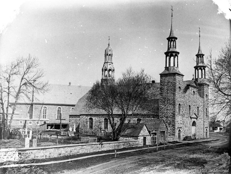 <p>Une premi&egrave;re chapelle est construite &agrave; Mascouche en 1750, ann&eacute;e de la fondation de la paroisse Saint-Henri-de-la-Maskouche. Le 29 d&eacute;cembre de cette m&ecirc;me ann&eacute;e, elle accueille le premier bapt&ecirc;me, celui de Marie-Josephe, fille de Pierre Truchon dit L&eacute;veill&eacute;e et de Marie-Charlotte Boh&ecirc;mier. Ce b&eacute;b&eacute; sera baptis&eacute; par le pr&ecirc;tre Simon Amable Raizenne.<br /><br />Nous avons tr&egrave;s peu d&rsquo;informations sur cette chapelle, mais on sait qu&rsquo;elle &eacute;tait tr&egrave;s petite, car d&egrave;s 1767 son cur&eacute; demande une nouvelle &eacute;glise; il se dit &laquo;&eacute;touff&eacute; par la chaleur tout l&rsquo;&eacute;t&eacute; avec le peu d&rsquo;habitants qui peuvent ranger en l&rsquo;&eacute;glise&raquo;.<br /><br />En 1781, la premi&egrave;re &eacute;glise de style sulpicien est construite. La d&eacute;pense est assum&eacute;e par les paroissiens selon la superficie du terrain qu&rsquo;ils poss&egrave;dent. Dans les ann&eacute;es 1840, l&rsquo;&eacute;glise est r&eacute;nov&eacute;e, agrandie et on met en place un nouveau clocher, sous l&rsquo;autorit&eacute; du Cur&eacute; Gagn&eacute;. Cette &eacute;glise sera d&eacute;molie en 1885 pour laisser la place &agrave; l&rsquo;&eacute;glise actuelle qu&rsquo;on peut apercevoir &agrave; l&rsquo;arri&egrave;re-plan de la photo.<br /><br />Entour&eacute; d&rsquo;un mur de pierre et coinc&eacute; entre le couvent et le presbyt&egrave;re, le vieux cimeti&egrave;re est devenu exigu avec ses 9 000 morts inhum&eacute;s depuis 1750. Acquis en 1902, le nouveau cimeti&egrave;re a &eacute;t&eacute; am&eacute;nag&eacute; de l&rsquo;autre c&ocirc;t&eacute; du pont, au bout de la rue Dugas, en 1905.&nbsp; On peut donc dire que le premier cimeti&egrave;re de Mascouche se trouvait ici m&ecirc;me dans le parc o&ugrave; tr&ocirc;ne d&eacute;sormais un monument du Sacr&eacute;-C&oelig;ur.<br /><br />Photo:<br />Comit&eacute; du 250e 