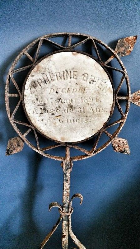<p>Cette croix de fer avec plaque de marbre incrust&eacute;e en son centre a aussi &eacute;t&eacute; trouv&eacute; lors du grand nettoyage de la rivi&egrave;re Mascouche en juillet 2016. &nbsp;On peut y lire les inscriptions suivantes:<br /><br />Z&eacute;ph&eacute;rine Brien<br />D&eacute;c&eacute;d&eacute;e<br />le 17 ao&ucirc;t 1894<br />&Agrave; l&#39;&acirc;ge de 31 ans<br />et 6 mois<br /><br />Si le nouveau cimeti&egrave;re Saint-Henri de Mascouche a &eacute;t&eacute; am&eacute;nag&eacute; en 1905, on peut donc ais&eacute;ment supposer que cette croix de fer &eacute;tait initialement install&eacute;e dans l&#39;ancien cimeti&egrave;re et qu&#39;elle a &eacute;t&eacute; d&eacute;plac&eacute;e lors de l&#39;acquisition du nouveau terrain.<br /><br />Photo: Collection Soci&eacute;t&eacute; d&#39;histoire de Mascouche / SODAM<br />Source: disponible sur demande au info@sodam.qc.ca</p>
