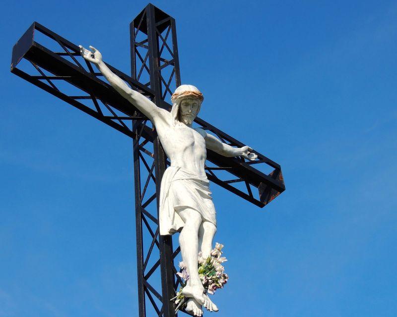 <p>Le calvaire du cimeti&egrave;re Saint-Henri de Mascouche est un &eacute;l&eacute;ment qui ajoute &agrave; la valeur patrimoniale du lieu. &nbsp;Le Christ sur la croix de fer a &eacute;t&eacute; b&eacute;ni le 14 juillet 1918 par l&#39;&eacute;v&ecirc;que de Joliette et a &eacute;t&eacute; pay&eacute; 230$, une somme consid&eacute;rable pour l&#39;&eacute;poque.<br /><br />Plusieurs cimeti&egrave;res du Qu&eacute;bec poss&egrave;dent un calvaire, c&rsquo;est-&agrave;-dire une repr&eacute;sentation de J&eacute;sus sur la croix. Les calvaires pr&eacute;sents dans les lieux d&rsquo;inhumation diff&egrave;rent de ceux &eacute;rig&eacute;s en bordure des chemins par leur signification symbolique associ&eacute;e &agrave; la mort. En effet, la mort du Christ pour racheter les p&eacute;ch&eacute;s de l&rsquo;homme est synonyme d&rsquo;espoir pour les chr&eacute;tiens; elle permet le salut de l&rsquo;&acirc;me des d&eacute;funts.&nbsp;<br /><br />La position du calvaire dans le cimeti&egrave;re n&rsquo;est jamais al&eacute;atoire et presque toujours centrale. Quelques fois, un petit sentier m&egrave;ne &agrave; la croix et un am&eacute;nagement paysager la met en valeur.&nbsp;<br /><br />On choisit parfois d&rsquo;&eacute;riger le calvaire sur un petit talus afin de recr&eacute;er en miniature le Golgotha, la montagne o&ugrave; s&rsquo;est d&eacute;roul&eacute;e la Crucifixion, comme c&#39;est le cas pour le calvaire du cimeti&egrave;re Saint-Henri de Mascouche.&nbsp;<br /><br />Photo: Collection Soci&eacute;t&eacute; d&#39;histoire de Mascouche / SODAM, cr&eacute;dit &Eacute;lodie Bourgoin<br />Source: disponible sur demande au info@sodam.qc.ca</p>