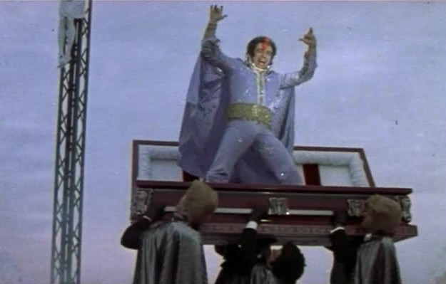 <p>Saviez-vous que le cimeti&egrave;re Saint-Henri de Mascouche a servi de lieu de tournage au film &#39;&#39;Elvis Gratton&#39;&#39; du r&eacute;alisateur Pierre Falardeau ? &nbsp;En effet, la sc&egrave;ne de la mort d&#39;Elvis se d&eacute;roule dans ce cimeti&egrave;re, tout pr&egrave;s du calvaire, comme en t&eacute;moigne cette photo tir&eacute;e du film.<br /><br />Photo: Urbania.ca<br />Source: disponible sur demande au info@sodam.qc.ca</p>