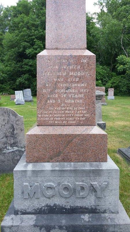<p>Matthew Moody est n&eacute; dans le Yorkshire en Angleterre, vers 1811. Il y fait probablement son apprentissage de forgeron et c&#39;est &agrave; ce titre qu&#39;il s&#39;installe d&#39;abord au Sault-au-R&eacute;collet de Montr&eacute;al, apr&egrave;s son arriv&eacute;e au Canada vers 1829. &Agrave; cet endroit, il se sp&eacute;cialise dans la fabrication de haches.<br /><br />En 1833, il &eacute;pouse Mary Kempley de l&#39;&icirc;le J&eacute;sus. L&#39;ann&eacute;e suivante, le couple Moody et leur premier fils, John, s&#39;&eacute;tablissent &agrave; Terrebonne, rue Saint-Fran&ccedil;ois-Xavier, entre le boulevard des Braves et la rue Sainte-Marie.<br /><br />Matthew Moody transforme rapidement sa boutique de forge en manufacture de batteuse &agrave; grains. Son entreprise semble prosp&egrave;re puisque d&egrave;s 1840, ses dons permettent la construction de la premi&egrave;re &eacute;glise anglicane de Terrebonne. Cette &eacute;glise construite en bois a &eacute;t&eacute; incendi&eacute;e en 1978, apr&egrave;s avoir servie de r&eacute;sidence priv&eacute;e.<br /><br />Ce n&#39;est qu&#39;en 1857 que Matthew Moody construit une usine rue Saint-Louis, sur une terre lou&eacute;e &agrave; madame Masson (la seigneuresse) pr&egrave;s de l&#39;actuel pont de l&#39;autoroute 25. Il profite ainsi de l&#39;&eacute;nergie hydraulique de la rivi&egrave;re des Mille Iles. On voit d&#39;ailleurs encore de nos jours les cha&icirc;nes de roches qui acheminaient l&#39;eau vers l&#39;usine.</p><p>Entre 1860 et 1880, cette manufacture emploie en moyenne une vingtaine de forgerons, mouleurs, fondeurs, menuisiers et m&eacute;caniciens pour fabriquer diverses machines agricoles, notamment des batteuses et des faucheuses. Ces hommes et gar&ccedil;ons travaillent sous la direction de John Moody, fils a&icirc;n&eacute; et homme de confiance de Matthew Moody.<br /><br />En 1878, Matthew Moody se retire des affaires et laisse &agrave; ses trois fils, John, Matthew Jr et Henry, le soin